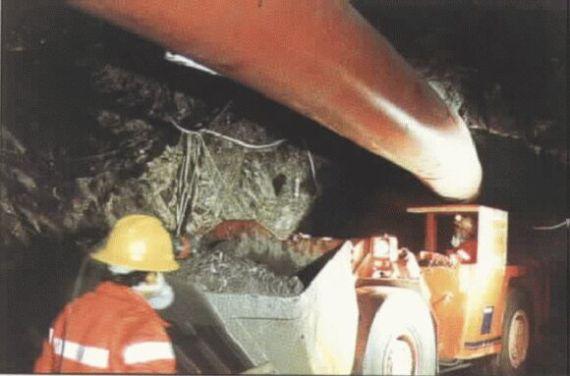 hombres trabajando en el interior de una mina